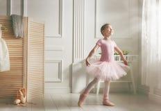Muchacha en un tutú rosado Imagenes de archivo