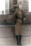 Muchacha en un uniforme militar soviético Fotos de archivo