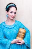 Muchacha en un vestido azul con los dedos del pie Imágenes de archivo libres de regalías