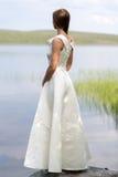 Muchacha en un vestido blanco que se coloca en una roca Fotografía de archivo libre de regalías