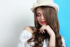 Muchacha en un vestido blanco y llevar un sombrero Imagenes de archivo