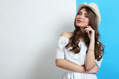 Muchacha en un vestido blanco y llevar un sombrero Foto de archivo