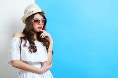 Muchacha en un vestido blanco y llevar un sombrero Fotos de archivo