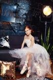 Muchacha en un vestido de bola blanco y los zapatos, pelo rojo hermoso T joven Imágenes de archivo libres de regalías