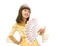 Muchacha en un vestido de bola hermoso con una fan a disposición En un fondo blanco Imagen de archivo libre de regalías