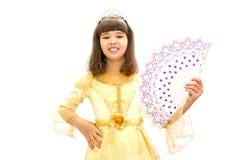 Muchacha en un vestido de bola hermoso con una fan a disposición En un fondo blanco Imágenes de archivo libres de regalías
