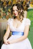 Muchacha en un vestido de bola histórico, presentando en un estudio foto de archivo