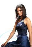 Muchacha en un vestido de noche azul y con una diadema Imagen de archivo libre de regalías