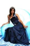 Muchacha en un vestido de noche azul y con una diadema Fotografía de archivo libre de regalías