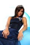 Muchacha en un vestido de noche azul y con una diadema Fotografía de archivo