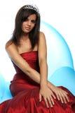 Muchacha en un vestido de noche rojo y con una diadema Imágenes de archivo libres de regalías