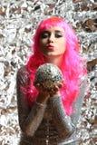 Muchacha en un vestido de plata con la bola de discoteca Fotos de archivo