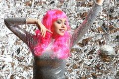 Muchacha en un vestido de plata con la bola de discoteca Foto de archivo libre de regalías