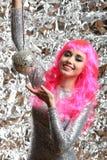 Muchacha en un vestido de plata con la bola de discoteca Imagen de archivo