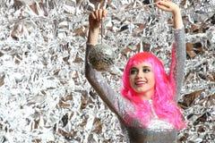 Muchacha en un vestido de plata con la bola de discoteca Fotos de archivo libres de regalías