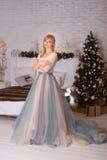 Muchacha en un vestido largo en la Navidad Foto de archivo libre de regalías