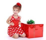 Muchacha en un vestido rojo brillante Foto de archivo libre de regalías