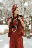 Muchacha en un vestido rojo y una gente retra al sombrero Foto de archivo