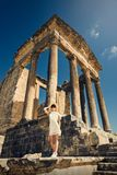 Muchacha en un vestido en ruinas capitol Viaje, vacaciones Túnez, Dougga Imagenes de archivo