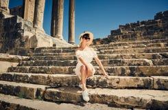 Muchacha en un vestido en ruinas capitol Viaje, vacaciones Túnez, Dougga Imagen de archivo