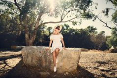 Muchacha en un vestido en una piedra grande Viaje, vacaciones túnez Imagenes de archivo