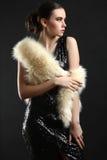 Muchacha en un vestido y un abrigo de pieles Fotografía de archivo libre de regalías