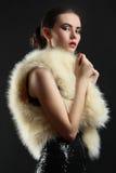 Muchacha en un vestido y un abrigo de pieles Fotos de archivo libres de regalías