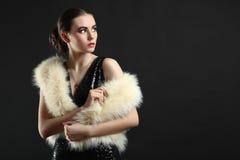 Muchacha en un vestido y un abrigo de pieles Fotos de archivo