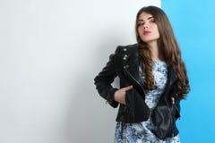 Muchacha en un vestido y una chaqueta de cuero Fotografía de archivo