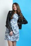 Muchacha en un vestido y una chaqueta de cuero Fotografía de archivo libre de regalías