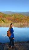 Muchacha en un viaje de la montaña que camina Foto de archivo