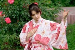 Muchacha en un yukata de la flor fotografía de archivo libre de regalías