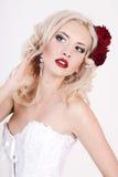 Muchacha en una alineada blanca con las rosas Imagen de archivo libre de regalías