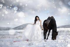 Muchacha en una alineada blanca en un caballo Fotografía de archivo