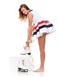 Muchacha en una alineada corta con los patines Imagen de archivo libre de regalías
