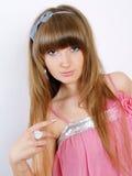 Muchacha en una alineada rosada con el pelo largo hermoso Imagen de archivo