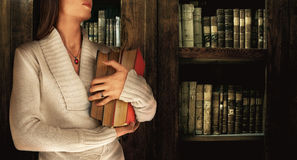 Muchacha en una biblioteca Foto de archivo