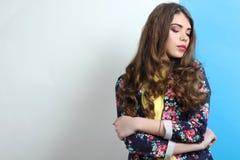 Muchacha en una blusa amarilla y con una chaqueta elegante Imágenes de archivo libres de regalías