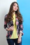 Muchacha en una blusa amarilla y con una chaqueta elegante Imagen de archivo libre de regalías