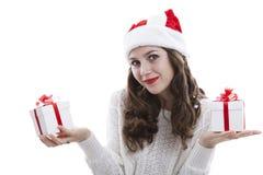 Muchacha en una blusa blanca que sostiene las cajas de regalo Fotografía de archivo