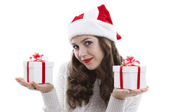 Muchacha en una blusa blanca que sostiene las cajas de regalo Fotos de archivo