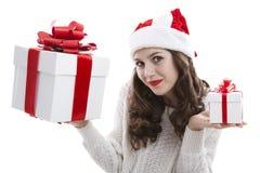 Muchacha en una blusa blanca que sostiene las cajas de regalo Fotos de archivo libres de regalías