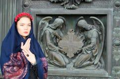 Muchacha en una bufanda con ángeles Imagenes de archivo