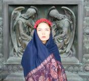 Muchacha en una bufanda con ángeles Fotografía de archivo