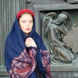 Muchacha en una bufanda con ángeles Imagen de archivo libre de regalías