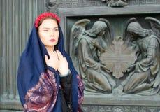 Muchacha en una bufanda con ángeles Foto de archivo libre de regalías