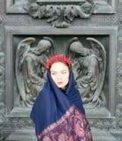Muchacha en una bufanda con ángeles Fotos de archivo libres de regalías