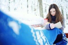Muchacha en una bufanda en el parque del invierno Foto de archivo libre de regalías