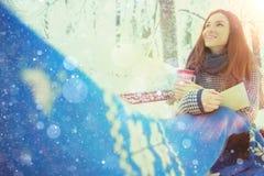 Muchacha en una bufanda en el parque del invierno Fotos de archivo libres de regalías