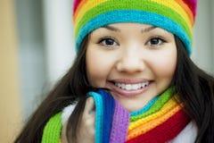 Muchacha en una bufanda y un sombrero de los colores del arco iris Imagen de archivo